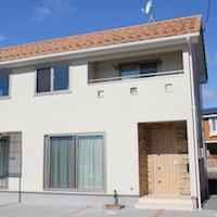 赤屋根に白壁 美しいカントリースタイルのお家