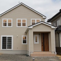 大きな吹抜けのあるシンプルな北米スタイルのお家